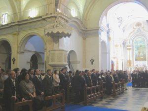 En primer plano, junta y clavarios de la Corte de María