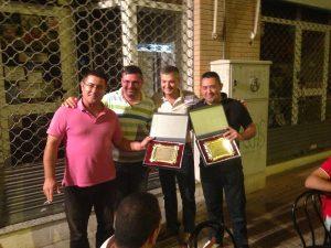 Josep Faubel y Paco Fitos recogen su placa de agradecimiento.