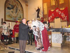 El Rei Melcior besa el xiquet Jesús a l'església de Sant Francesc