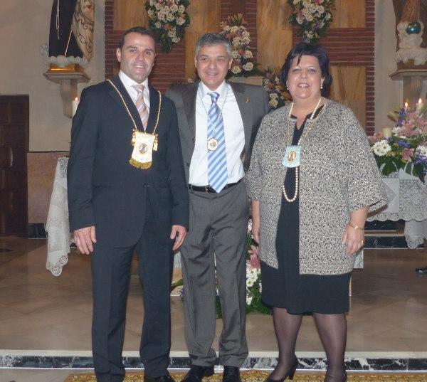 El president de la Cort de Maria entrega els escapularis als clavaris
